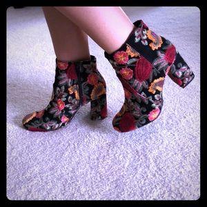 NWT MIA Vail Black Bouquet Booties. Sz 7